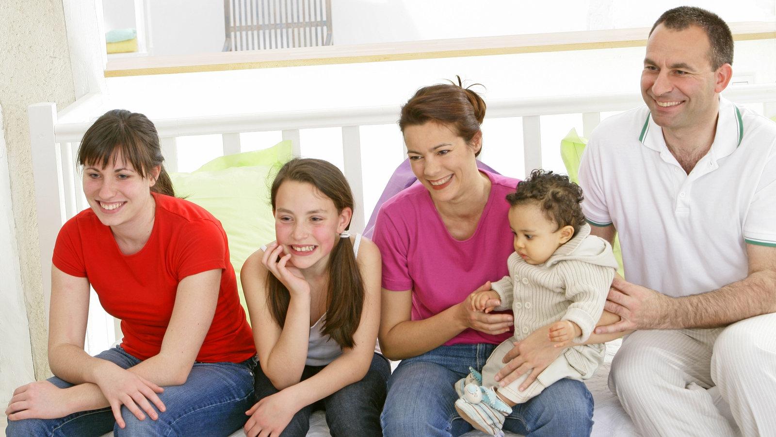 familie adoptivkinder familie gesellschaft planet wissen. Black Bedroom Furniture Sets. Home Design Ideas