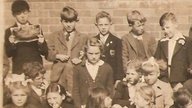Paul McCartney (oben links) aud einem Klassenfoto 1952