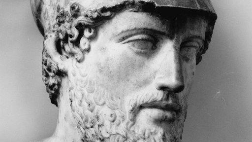 Porträtbüste des Perikles aus Marmor: ein bärtiger Mann, der einen Kriegshelm trägt.