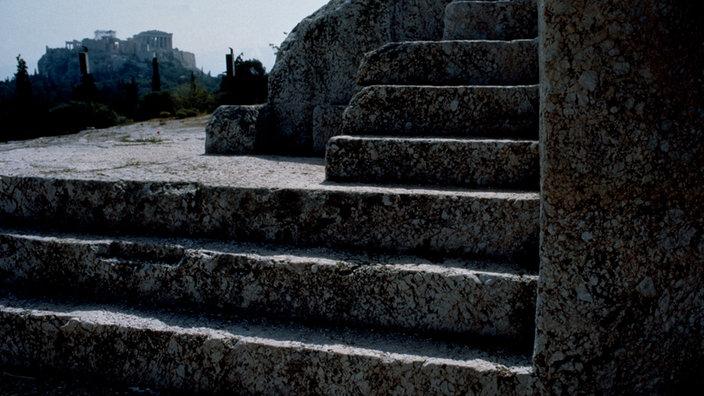 Grobe, in Stein gehauene Stufen führen einen Hügel hinauf.
