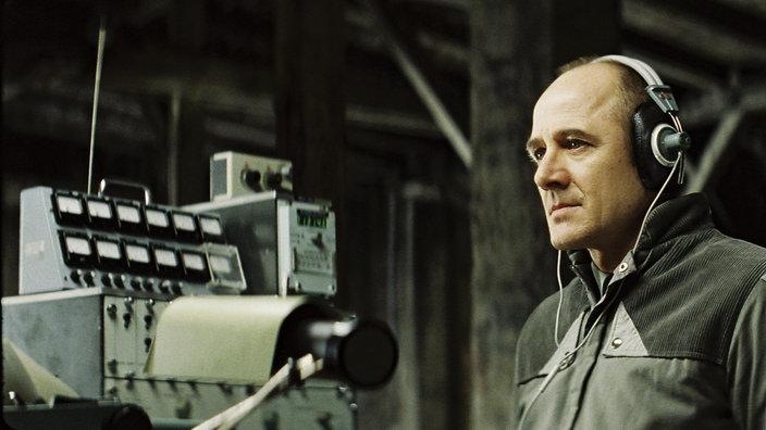 """El actor Ulrich Mühe durante una escucha a escondidas a sus vecinos (imagen de: """"La vida de otros"""")."""