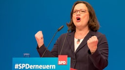 Andrea Nahles in Gewinnerpose am Rednerpult