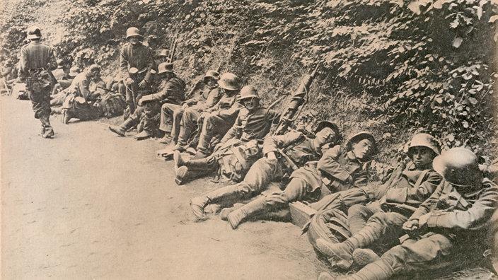 erschöpfte deutsche Soldaten ruhen sich aus