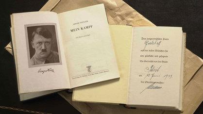 """Aufgeschlagenes Buch """"Mein Kampf""""."""