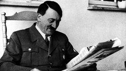 Hitler liest Zeitung.
