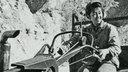 Schwarzweißfoto: Eine junge Rotgardistin auf einem Handtraktor.