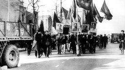 Rotgardisten schwenken marschierend die 'Mao-Bibel'.