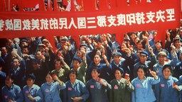 Rotgardisten mit roten Fahnen, Spruchbändern und der roten 'Mao-Bibel' während der Kulturrevolution.