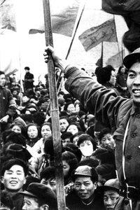 Mao-Anhänger mit der 'Mao-Bibel' in der Hand.
