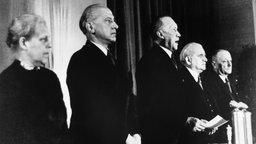 Anlässlich der Gründung der Bundesrepublik Deutschland spricht Konrad Adenauer im Parlament und verkündet offiziell das Grundgesetz am 23. Mai 1949.