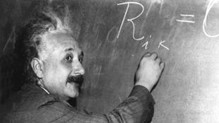 Während seiner Gastprofessur in Princeton schreibt Einstein in einem Vortrag am 14. Januar 1931 eine der Grundgleichungen der allgemeinen Relativitätstheorie an die Tafel.