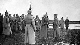 Kaiser Wilhelm II. bei einem Besuch der deutschen und österreichisch-ungarischen Truppen in Galizien.