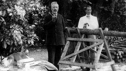 Kaiser Wilhelm II. bei Holzarbeit im Park