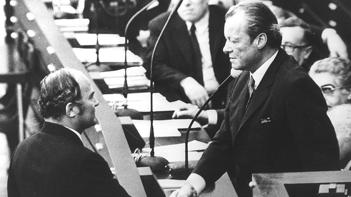 Rainer Barzel gratuliert Willy Brandt.