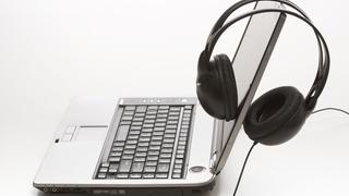 Laptop mit Kopfhörern.