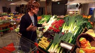 Frau beim Einkaufen am Gemüsestand