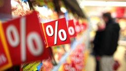 Reduzierte Ware in Regalen in einem Supermarkt.