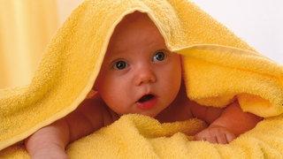 Süße junge Tochter des Babys