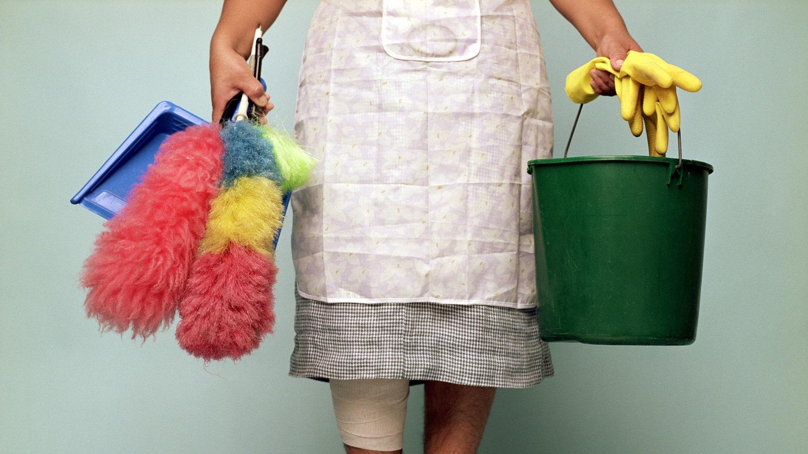 Hausfrau die Arbeit rund um Haus nackt