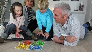 Familie bei einem Brettspiel.