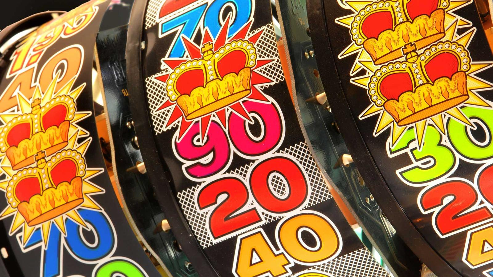 Bunte Rollen eines Glücksspielautomaten.
