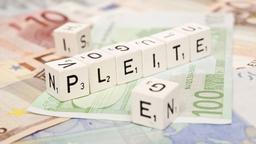 """Auf Scrabble-Steinen ist """"PLEITE"""" zu lesen."""