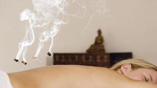 Eine Frau, die mit der Moxa-Therapie behandelt wird.