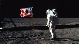 Edwin E. Aldrin beim Aufstellen der amerikanischen Flagge auf dem Mond