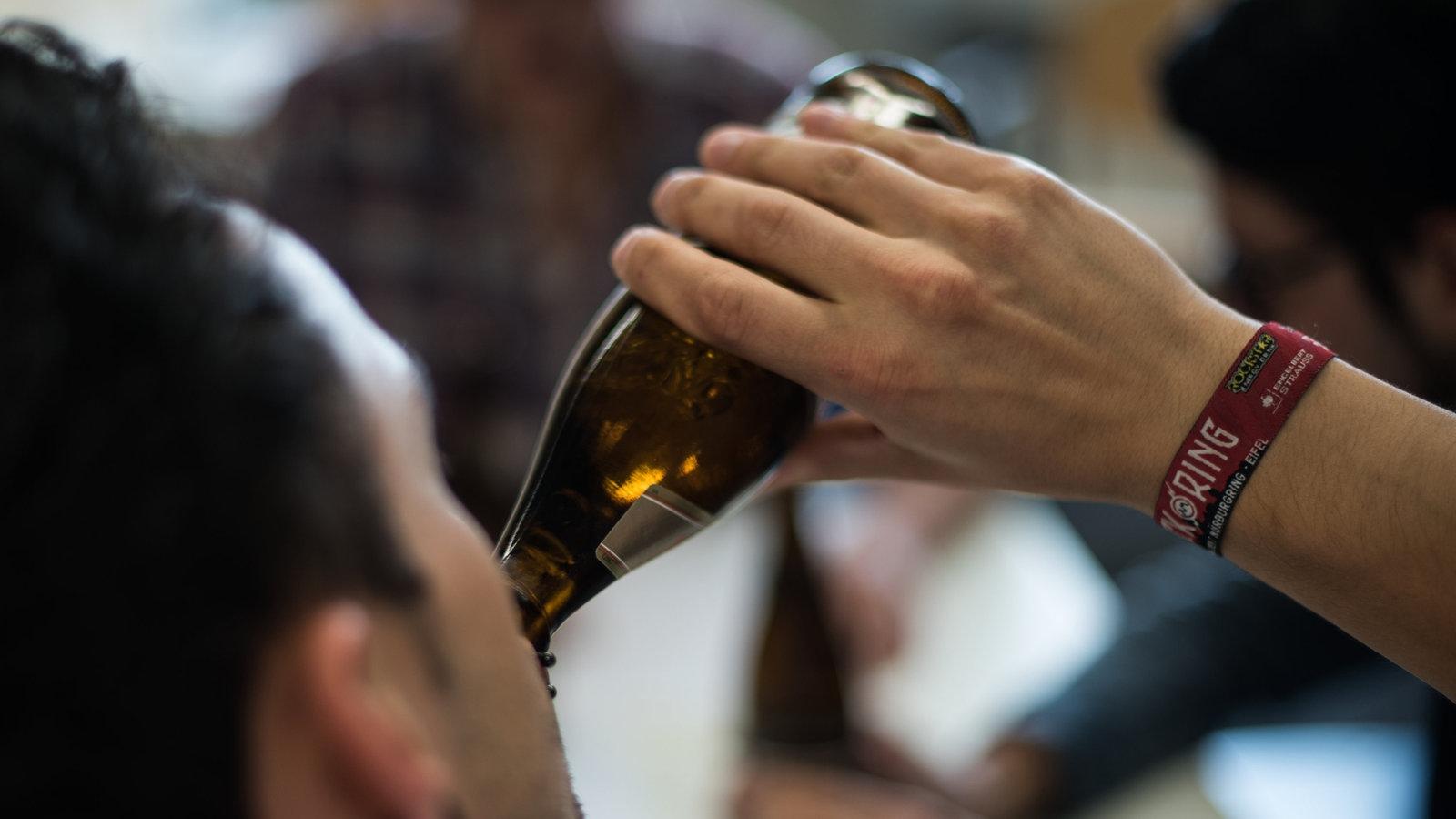 Kann ich Bier trinken, während ich versuche, Gewicht zu verlieren?