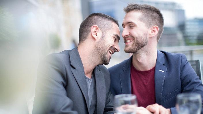 Teenager-Mädchen probieren lesbischen Sex