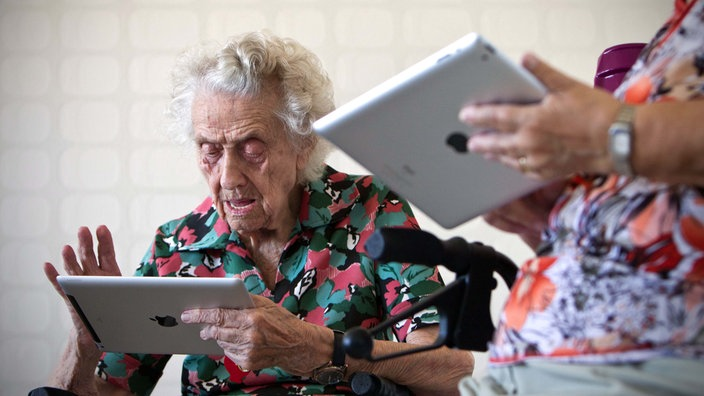 Seniorin am Tablet.