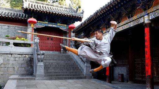 Mönch trainiert Kungfu