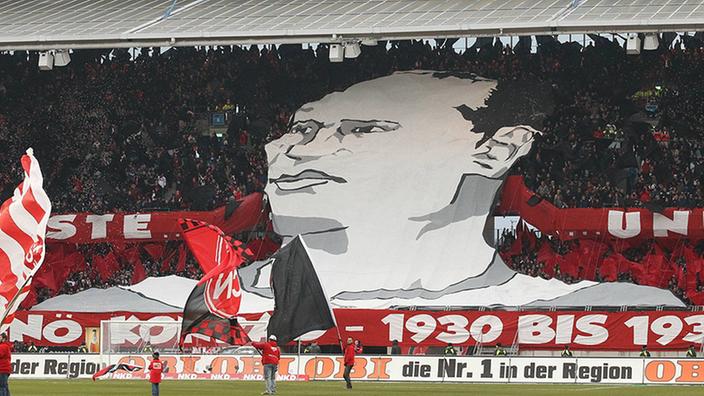 Fans de Nuremberg organizan una coreografía en honor a Jenö Konrad