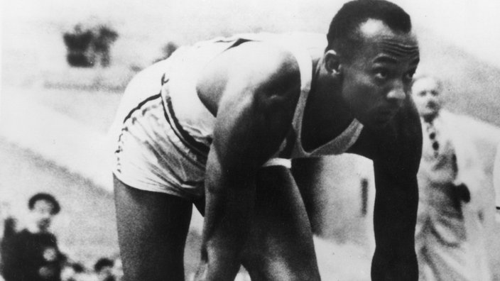 Jesse Owens 1936 am Start in Berlin.