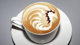 Ein Drache aus Milchschaum und Kaffee.