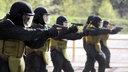 Polizisten eines Spezialeinsatzkommandos (SEK) trainieren auf einem Polizeiübungsgelände das Schießen mit Pistolen