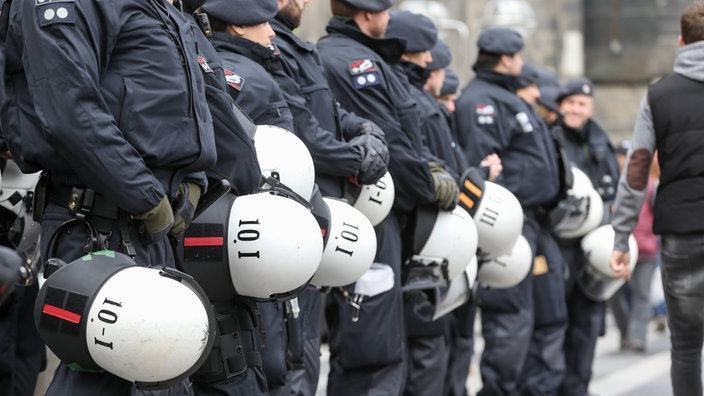Einsatzhundertschaft der Polizei bei Demonstration am 1. Mai in Berlin.