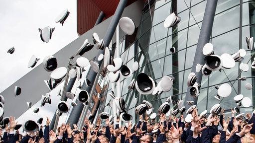 Muetzenwurf bei der zentralen Vereidigungsfeier der Polizei Nordrhein Westfalen