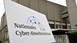 Außenansicht des Nationalen Cyber-Abwehrzentrums mit Schild im Vordergrund.