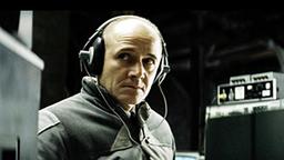 """Ulrich Mühe als Stasi-Agent in """"Das Leben der Anderen"""" an einer Abhöreinrichtung."""