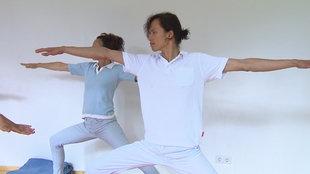 "Screenshot aus dem Film ""Yoga stärkt das Herz"""