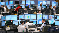 Kursmakler sitzen im neu gestalteten Handelssaal der Wertpapierbörse in Frankfurt