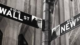 "Straßenschild ""Wall Street""."