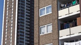 sozialer WoBau Köln-Meschenich: graue Hochhäuser mit Balkonen.