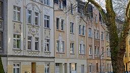 Reich verzierte, restaurierte Mehrfamilienhäuser stehen dicht beieinander