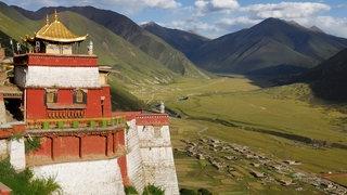 Kloster über einer tibetischen Hochebene.