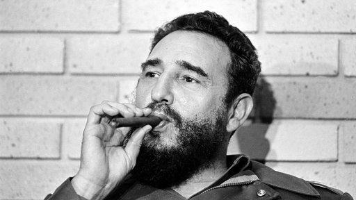 Schwarz-weiß-Portrait Fidel Castros mit Zigarre von 1974