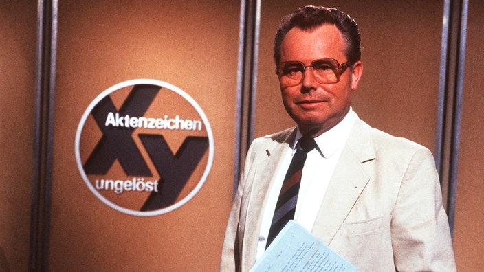 "Eduard Zimmermann delante del logo ""Número de archivo XY"""