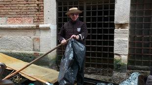 "Screenshot aus dem Film ""Gondolieri als Müllsammler"""