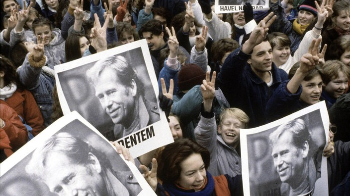 Demonstrierende Menschenmenge mit Vaclav-Havel-Plakaten.